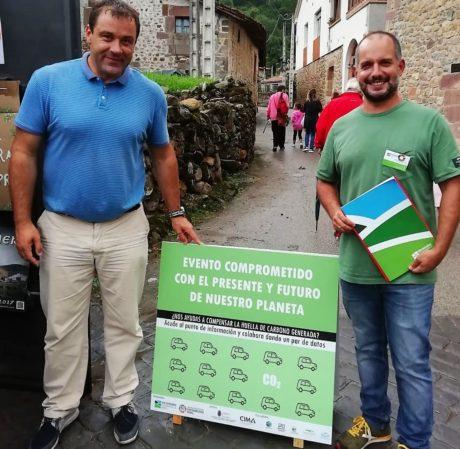 Agustín Ibañez, director del CIMA y David Gutiérrez, técnico de la Red Cántabra de Desarrollo Rural muestran uno de los paneles instalados en la feria