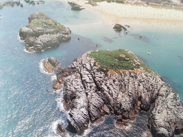 En primer término la isla de San Pedruco, con su ermita, y detrás a la izquierda el islote de la Oliva.