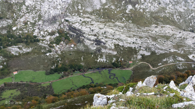 Vista aérea desde Los Campanarios del arroyo que atraviesa el poljé. Noviembre de 2015