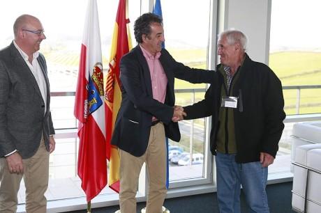 El consejero de Innovación, Industria, Turismo y Comercio, Francisco Martín, recibe al alcalde de Herrerias, Francisco Linares.