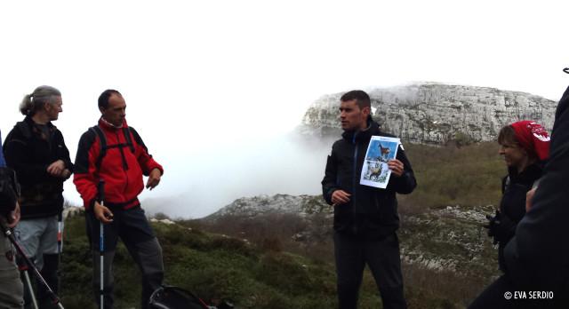 Guía del Parque Natural Collados del Asón explicando en la ruta de Monte Busturejo, Mayo 2014.