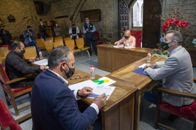 Imagen del acto de firma de los contratos Leader en el Ayuntamiento de Potes