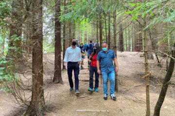 Guillermo Blanco destaca la contribución de Naturea Cantabria en la educación ambiental durante su participación en una ruta en las secuoyas de Cabezón