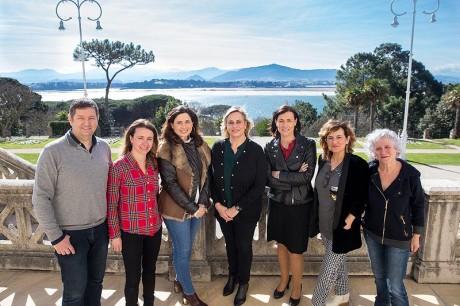 La directora general de Cultura, Marina Bolado, junto a la alcaldesa de Santander, Gema Igual, y los representantes de PECCA y Artecale.