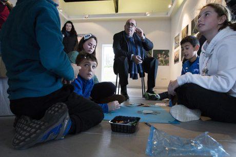 l consejero Jesús Oria contempla cómo un grupo de alumnos trabaja en la elaboración de pósters sobre los humedales (Foto: Nacho Romero)