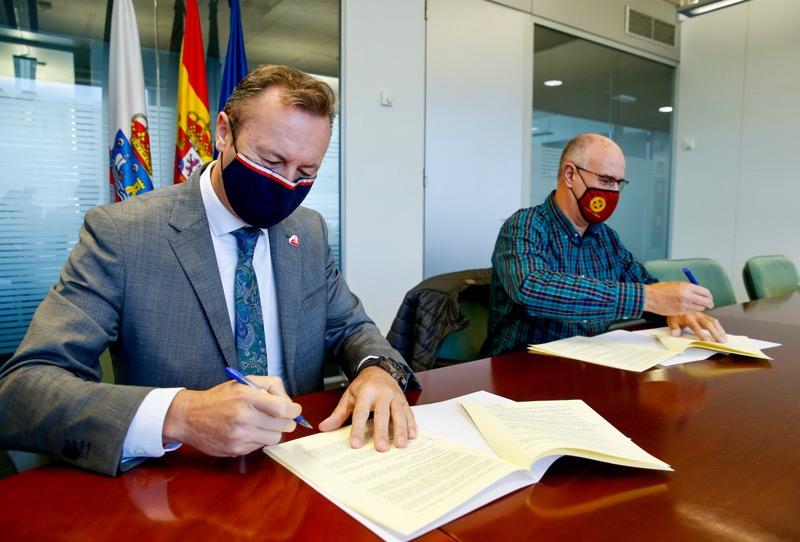Guillermo Blanco y Leoncio Carrascal, durante la firma del convenio Guillermo Blanco y Leoncio Carrascal, durante la firma del convenio