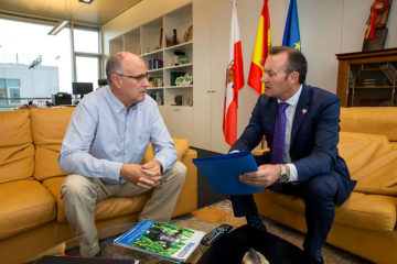 Guillermo Blanco felicita a Leoncio Carrascal, nuevo presidente de la Red Cántabra de Desarrollo Rural